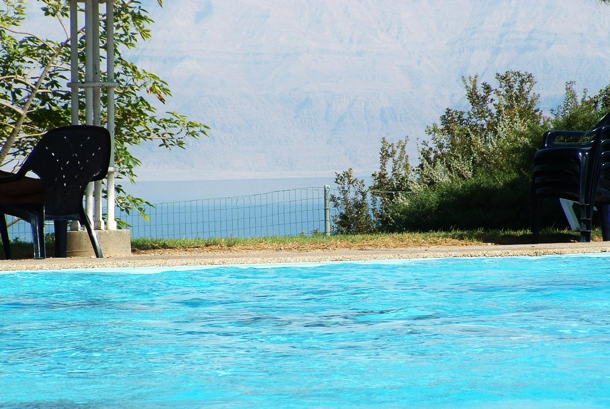 Israel-Rundreise: Der schönste Pool der Welt - Kibbuz En Gedi mit Blick auf das Tote Meer, Israel
