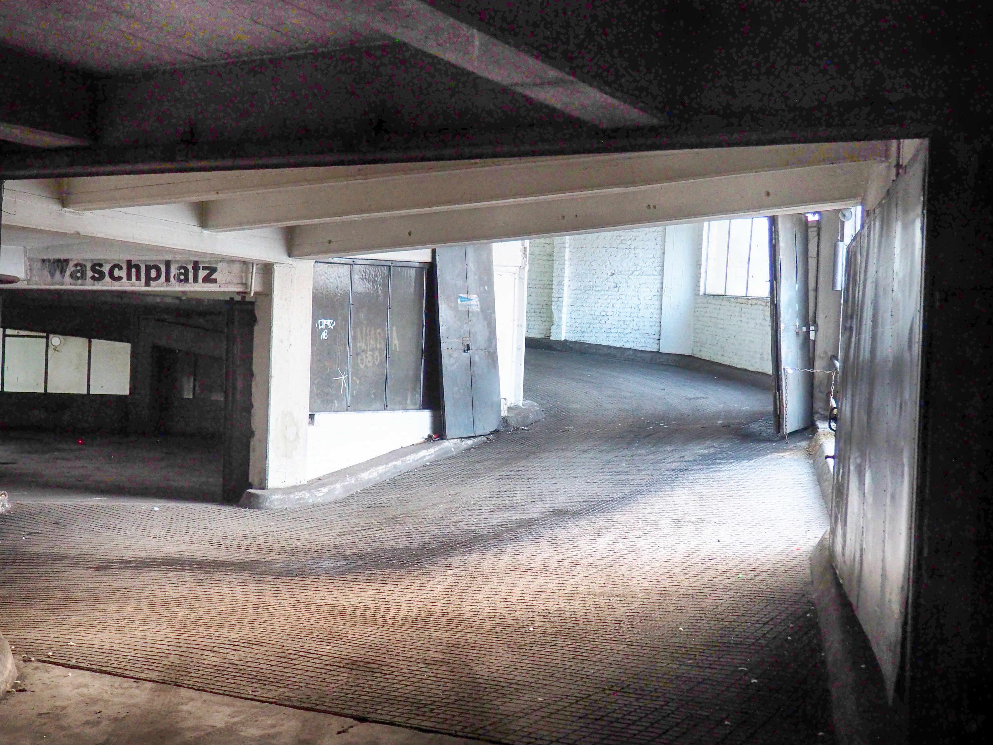 Der Berliner Kantgaragen-Palast - Verwinkelte Atmosphäre wie in einem Murnau-Film: Der Waschplatz im Zentrum der einzigartigen, doppelgängigen Wendelrampe.
