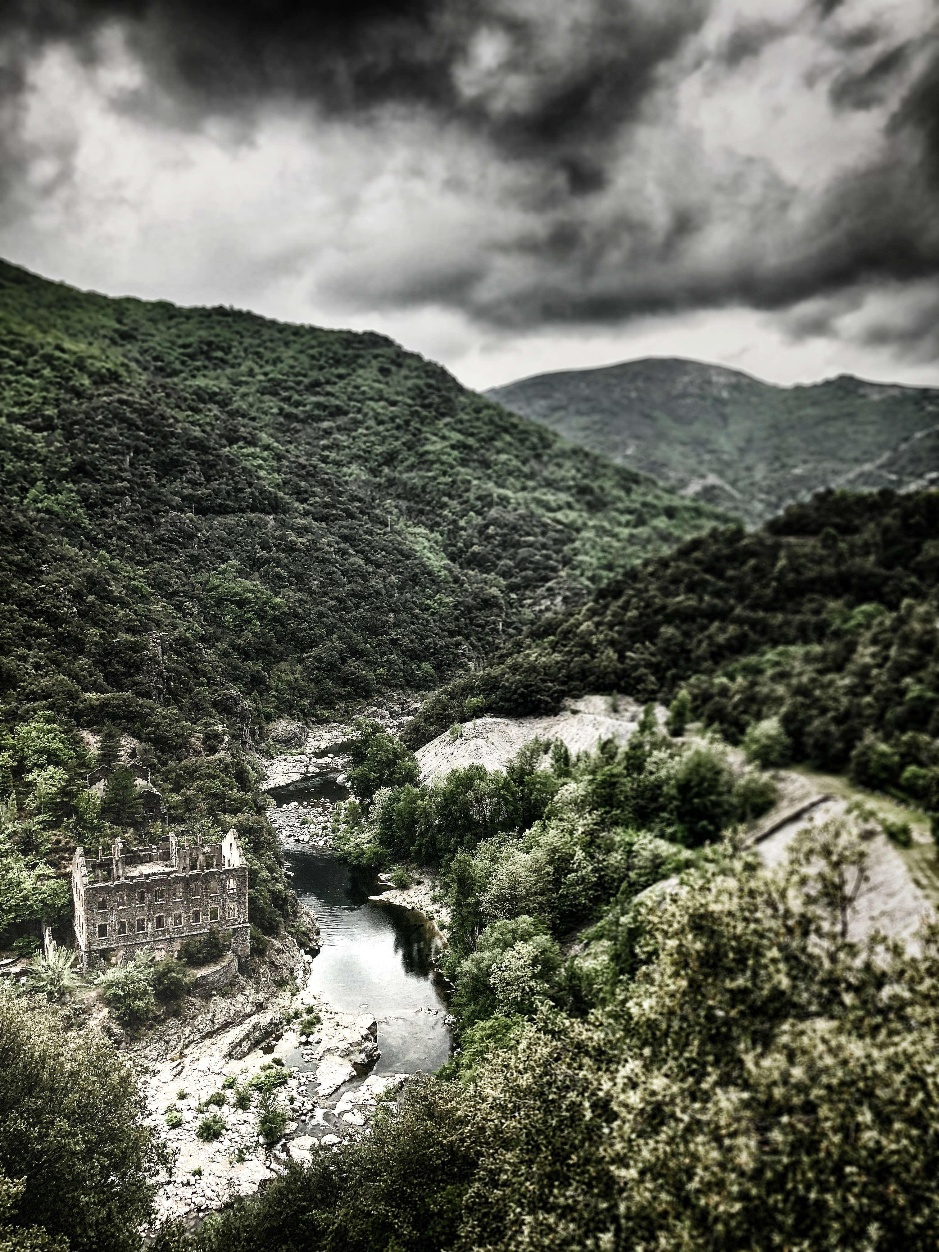 Die Ruine einer verlassenen Silbermine in der Schlucht des Chassezac, Cevennen, Frankreich