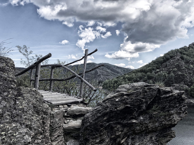 Uralte, einsame Wege über dem Lac du Villefort in den französischen Cevennen