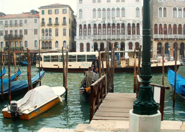 Venedig im November: im Traghetto den Canal Grande überqueren