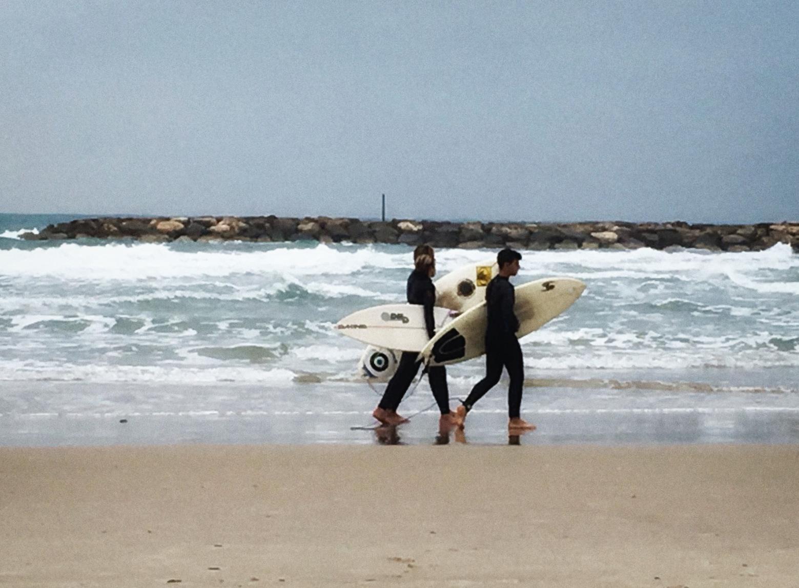 Silvester in Tel Aviv: Surfer am Strand