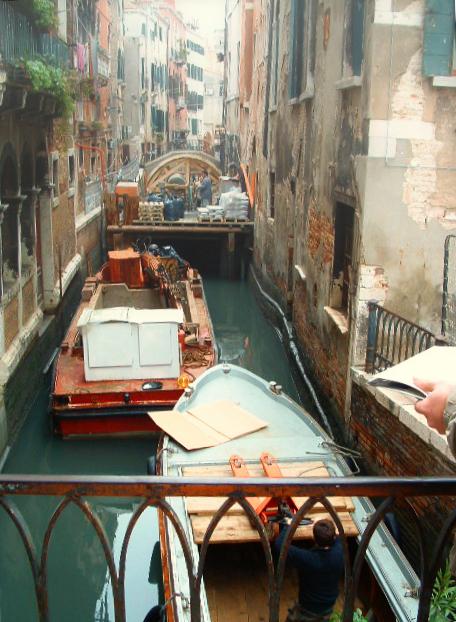 venedig im November: eine Baustelle mit Booten auf den Kanälen