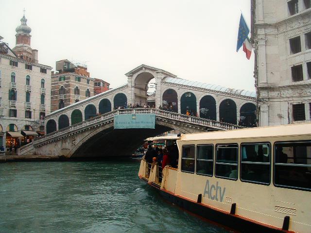 November in Venedig - Vaporetto vor der Rialto-Brücke
