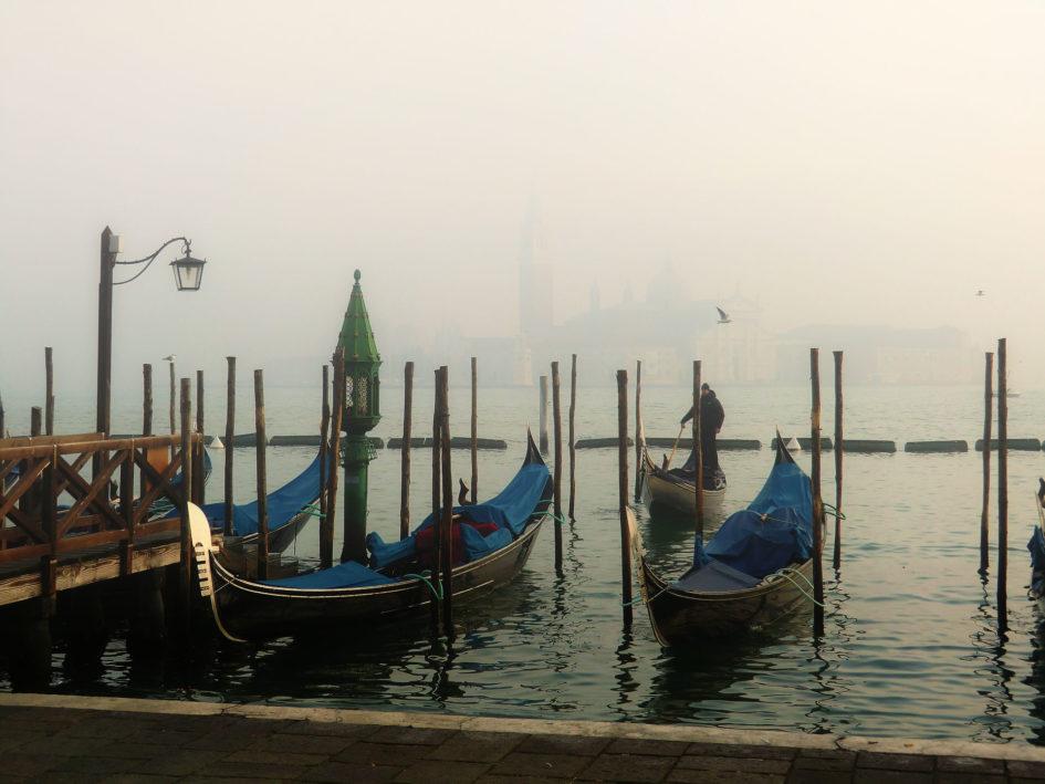 November in Venedig leere Gondeln im Nebel