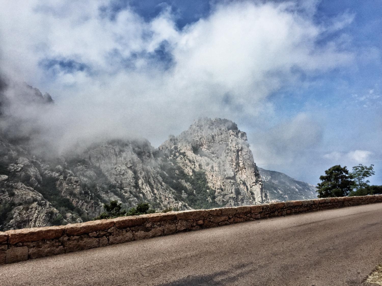 Korsika: Straße durch die Calanche zwischen Piana und Porto