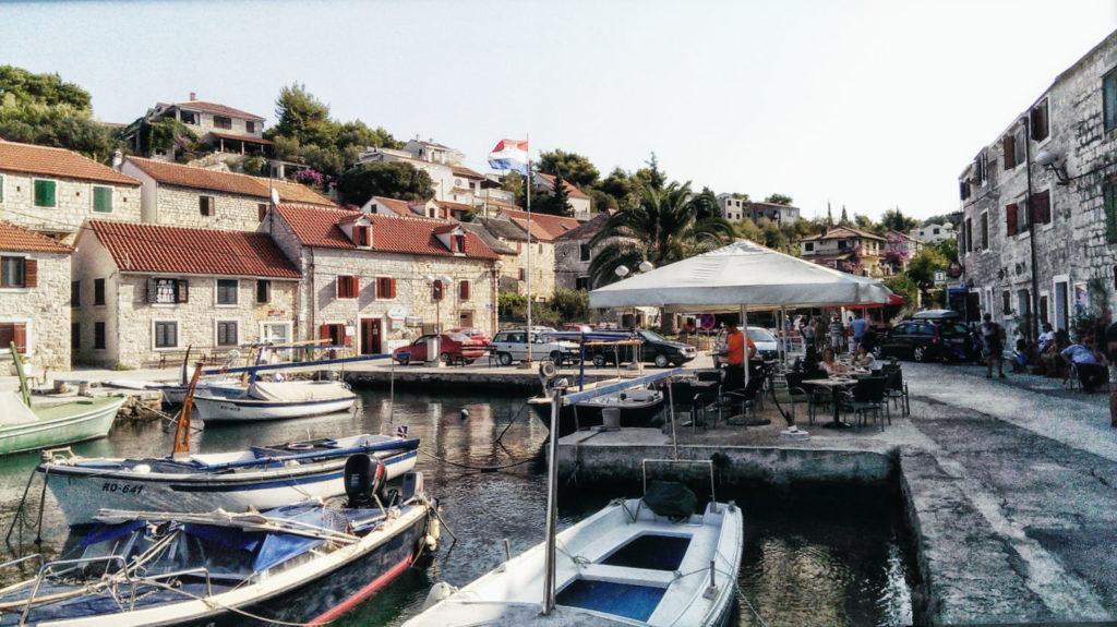 Der urige Hafen von Maslinica auf Šolta.