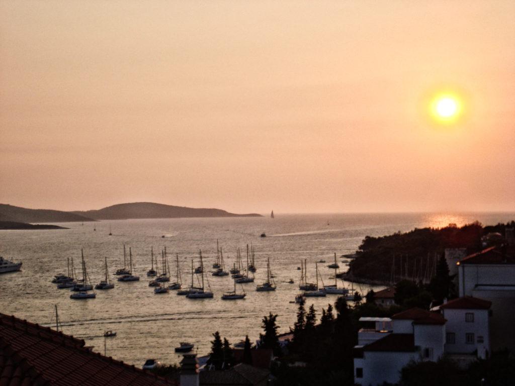 Kroatien Inseln Tipps - Hafen von Hvar vor dem Pakleni-Archipel