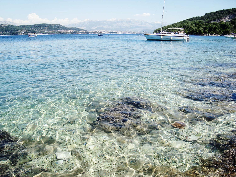 Dalmatien-Kroatien: Kristallklares Wasser an den Stränden