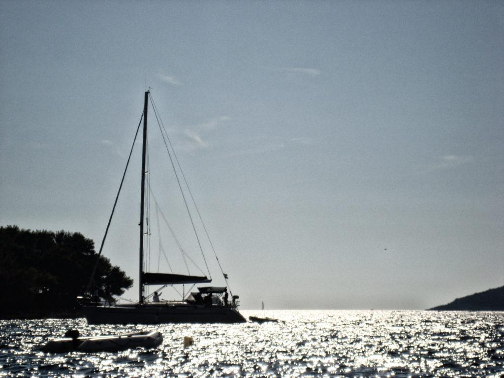 Kroatien Inseln: großes Hafenkino am Strand