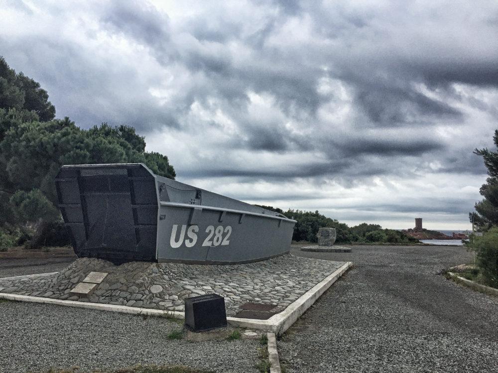 Esterel: Denkmal der Operation Dragoon am Anfang der Wanderung Cap du Dramont mit Blick auf die Île d'Or