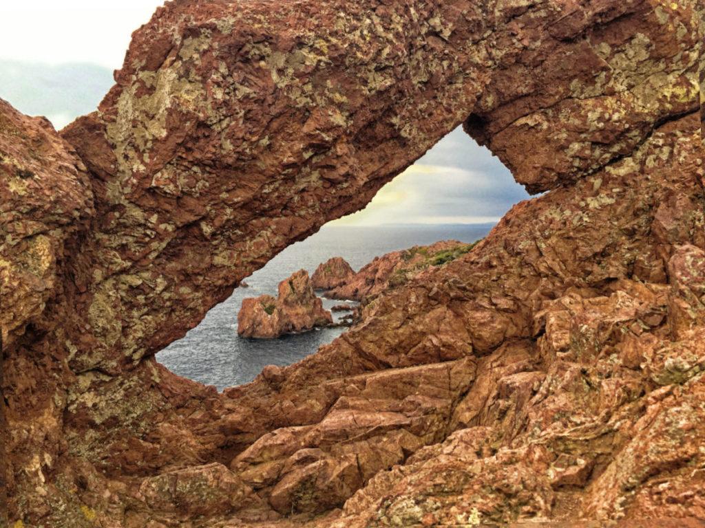 Esterel-Gebirge: Felsenfenster am Cap Esterel