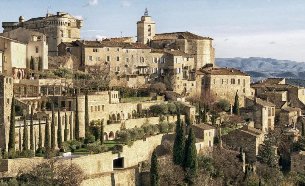 Wandern in Südfrankreich - Blick nach dem Aufstieg: Gordes in der Provence